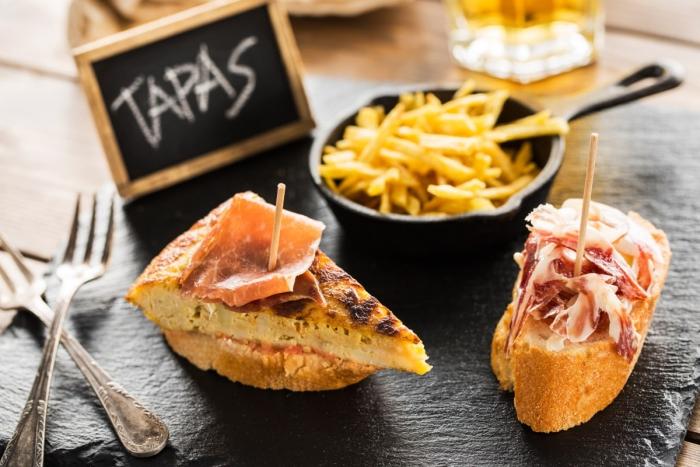 ¡Vamos de tapas! Прошлое и настоящее знаменитых испанских закусок