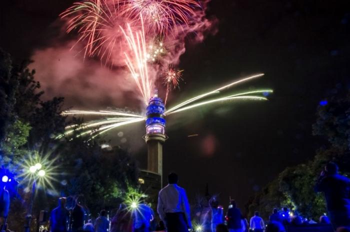 El espectáculo pirotécnico más grande de Santiago en la Torre Entel para celebrar el Año Nuevo (2015)
