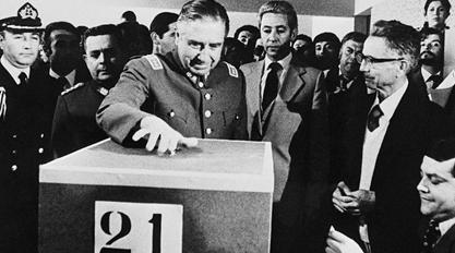 Пиночет голосует на референдуме по принятию Конституции 1980 г.