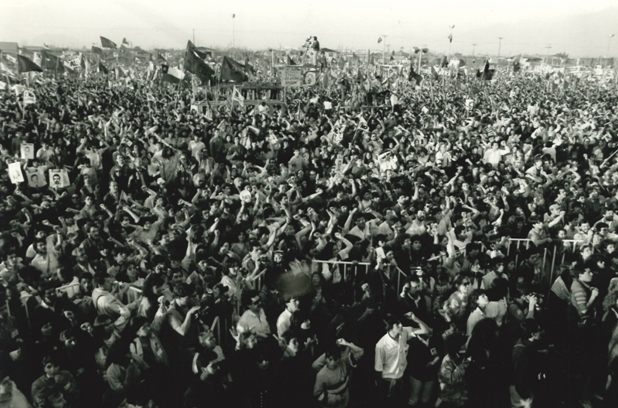 Пиночет голосует на референдуме по принятию Конституции 1980 г.  Митинг на Панамериканском шоссе 1988 г.